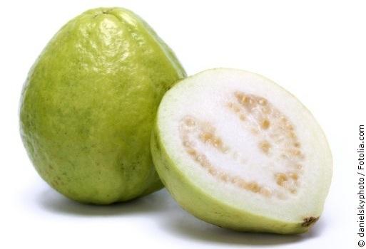 Guave mit weißem Hintergrund